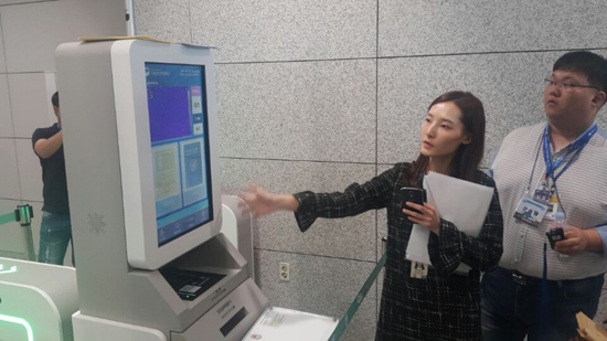 자동체크검역대에 대해 설명하고 있는 김신영 주무관