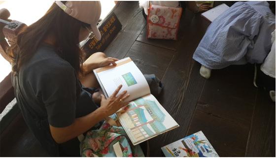 작년에 창덕궁 영화당에서 열린 '후원에서 만나는 한 권의 책' 행사 모습. (사진 = 문화재청)