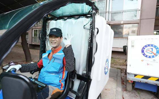 CJ대한통운의 실버택배 사업에 참여하는 이은호 씨(77)는 노원구 아파트 단지 내에서 친환경전동카트로 택배를 전달하고 있다.(제공=정책브리핑)