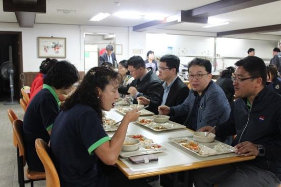 구내식당에서 점심을 함께하는 중소기업 근로자들과 정부 관계자들.