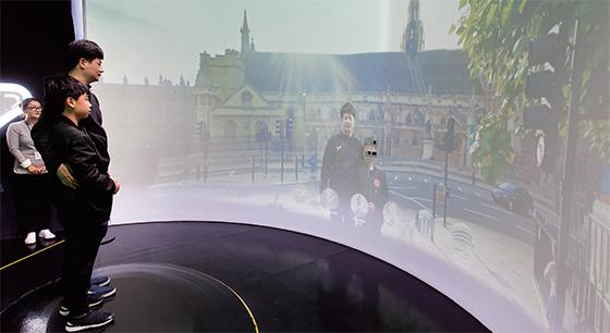 실제와 유사하지만 실제가 아닌 가상현실 기술이 미래 핵심 기술로 주목받고 있다.(사진=C영상미디어)