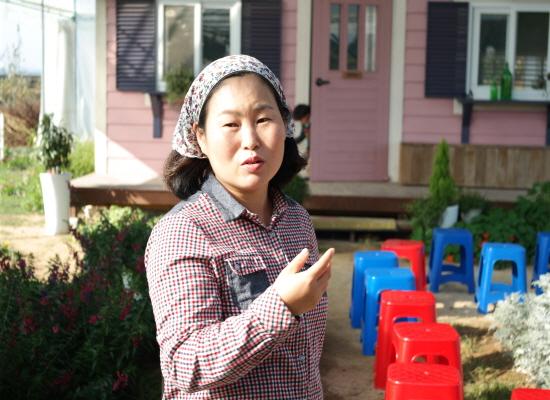 분홍염소 농장 김수진대표가 체험프로그램을 설명하고 있다.