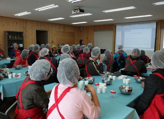 귀농체험 참가자들이 고추장만들기 체험을 하고 있다.