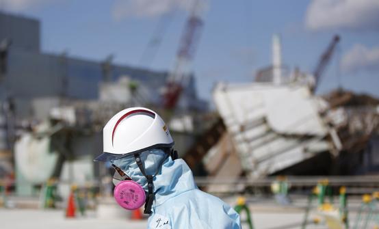 2011년 3월 동일본대지진 당시 폭발사고가 난 후쿠시마원전 운영사인 도쿄전력 원전 2기의 재가동이 사실상 승인됐다고 현지 언론이 13일(현지시간) 전했다. 해당 원전은 가시와자키카리와 원전 7, 8호기로, 후쿠시마원전 폭발사고 이후 정부의 탈원전 정책 및 재가동 요건 강화 조치에 따라 운전이 정지된 상태다. 도쿄전력이 후쿠시마원전 폭발 사고 이후 운전정지 상태인 원전의 재가동 승인을 받게 되는 것은 이번이 처음이다. 사진은 2016년 2월 10일 쓰나미로 무너진 후쿠시마 원전 앞에 서있는 도쿄전력 직원의 모습. <저작권자(c) 연합뉴스, 무단 전재-재배포 금지>