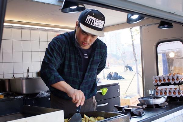 최선을 다해 음식을 만드는 Yolo egg truck의 이은철 씨