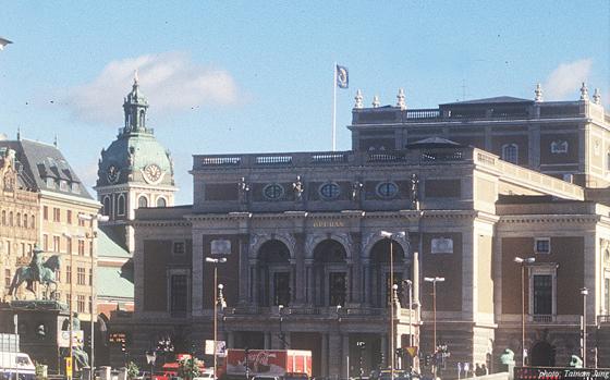 의사당에서 다리건너 보이는 구스타브 2세 광장. 오른쪽 건물이 왕립오페라 극장이다.