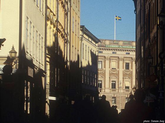 대광장 옆길. 멀리 스웨덴 국기가 꽂힌 건물이 왕궁이다.