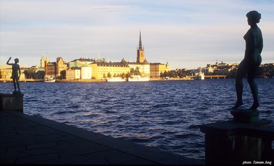 스톡홀름 시청 앞 테라스에서 본 감라 스탄. 리다르홀멘 교회의 첨탑이 강한 랜드마크를 이룬다.