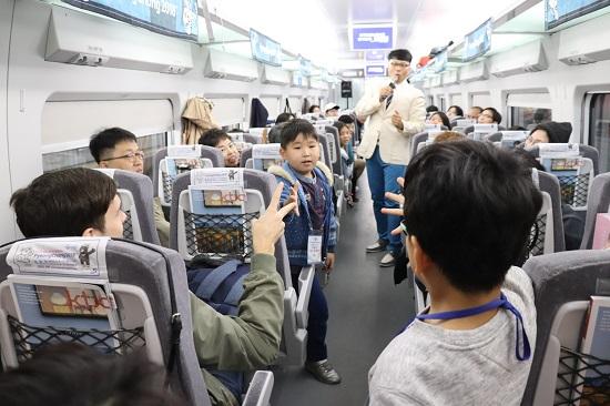코레일은 경강선 KTX에서 시민평가단을 위한 다채로운 이벤트를 펼쳤다.