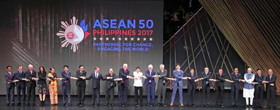 제31회 동남아시아국가연합(ASEAN) 정상회의 개막식에 참석한 각국 정상들의 기념촬영.<저작권자(c) 연합뉴스, 무단 전재-재배포 금지>