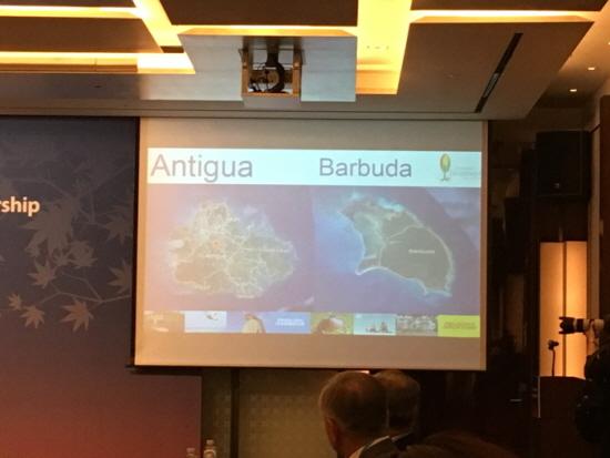 쌍둥이 섬으로 구성된 앤티가바부다는 허리케인으로 온 섬이 피해를 입었다.