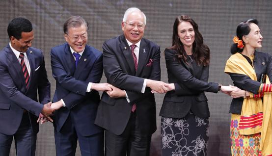 문재인 대통령(왼쪽 두번째)이 13일 오전(현지시간) 필리핀 마닐라 필리핀문화센터(CCP)에서 열린 제31회 동남아시아국가연합(ASEAN) 정상회의 개막식에 참석해 각국 정상들과 기념촬영을 하고 있다.  왼쪽부터 프란시스코 구테레스 동티모르 대통령, 문 대통령, 나집 라작 말레이시아 총리, 재신더 아던 뉴질랜드 총리, 아웅산 수치 미얀마 국가고문. <저작권자(c) 연합뉴스, 무단 전재-재배포 금지>