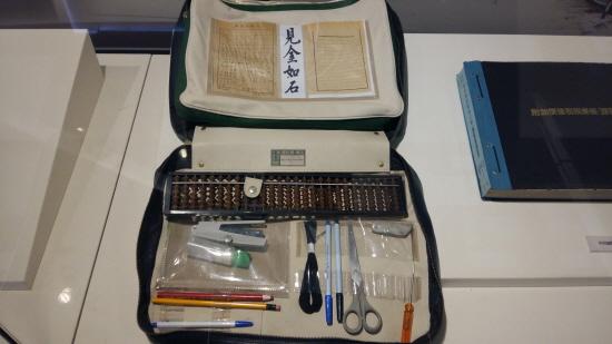 과거 국세공무원이 사용했던 물건들을 기증받아 전시하고 있다.