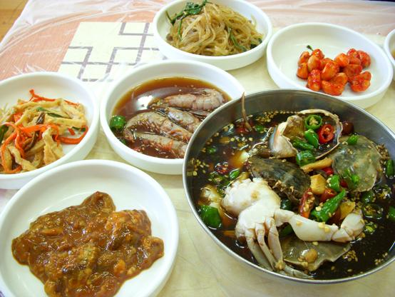 음식점 상위에 올라온 반찬들. 발효식품은 한국인의 식탁에서 빼놓을 수 없는 메뉴이다.(LWY)