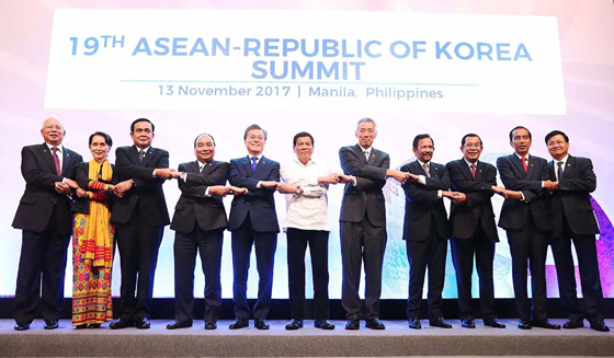 문재인 대통령이 11월 13일 오후(현지시간) 필리핀 마닐라 필리핀국제컨벤션센터(PICC) 서밋홀에서 열린 제19차 한·ASEAN 정상회담에서 각국 정상들과 기념촬영을 하고 있다.