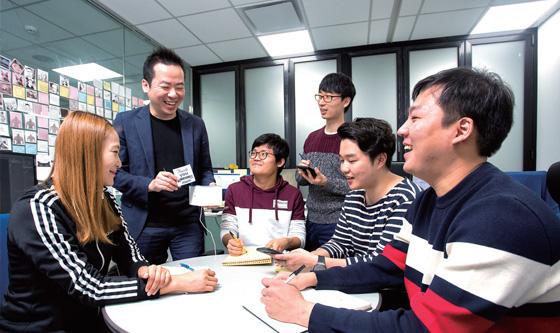 임직원들이 자유로운 분위기 속에서 아이디어를 제안하고 있다.(사진=C영상미디어)