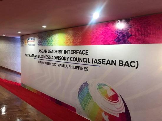 문재인 대통령은 지난 8일부터 7박8일 동안 인도네시아, 베트남, 필리핀 3개국을 방문하며 베트남 다낭에서 열린 아시아태평양경제협력체(APEC) 정상회의와 필리핀 마닐라에서 개최된 아세안 정상회의에 참석하고 15일 귀국했다.