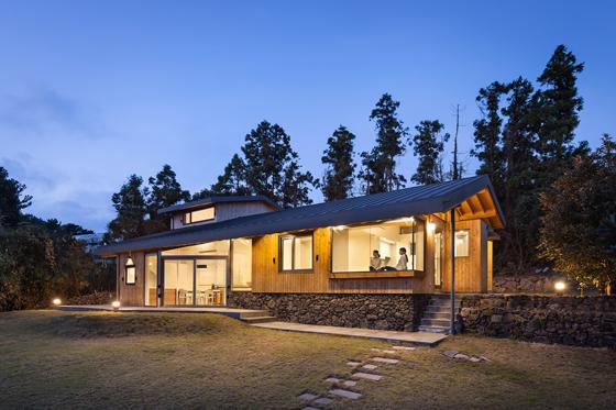 제주도에 위치한 토산리 주택. 토산리는 2017 대한민국목조건축대전 준공부문에서 '본상'을 받았다.(제공=윤준화 작가)