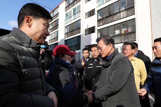문재인 대통령이 24일 오전 지진 피해로 붕괴 우려가 있어 폐쇄한 경북 포항시의 대성아파트 방문해 피해주민의 손을 잡고 위로하고 있다.