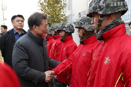 문재인 대통령이 24일 오전 지진 피해로 붕괴 우려가 있어 폐쇄한 경북 포항시의 대성아파트 방문해 복구작업에 투입된 해병대를 격려하고 있다.