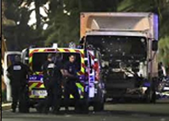 지난해 7월 14일 프랑스 대혁명 기념축제가 열리는 니스 해변 산책로 인파를 향해 19t 트럭이 2km가량 '지그재그' 돌진 후 총기를 난사했다. 튀니지 출신 이슬람극단주의 '모하메드 라후에유 부렐(31세)이 저지른 이 테러로 84명이 사망했다.