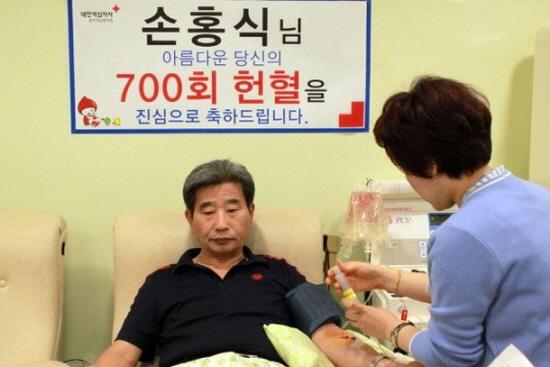 우리나라 최초로 700회 헌혈을 달성한 손흥식 씨.