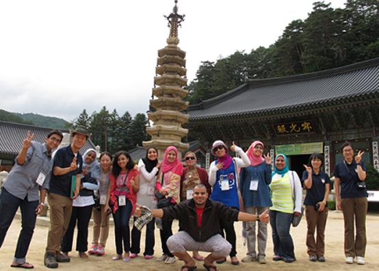 오대산국립공원 탐방 프로그램에 참여한 외국인 관광객들.