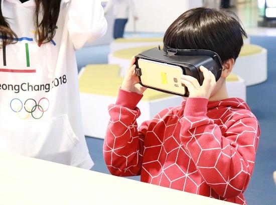 VR체험 중인 외국인 어린이 관람객