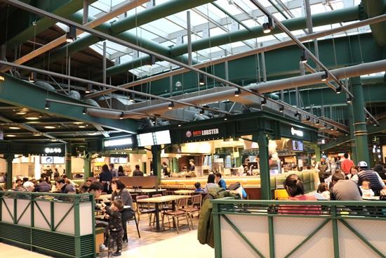 2층에 위치한 휴게소 식당