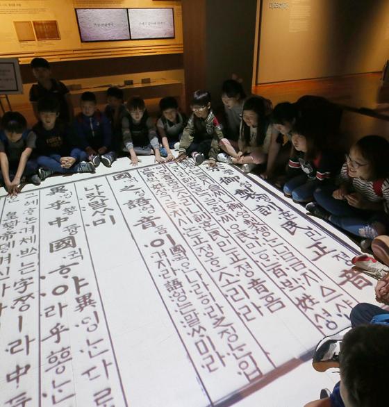 한글의 역사와 가치를 일깨우는 국립한글박물관 관람객이 29일 통산 60만명을 맞았다.