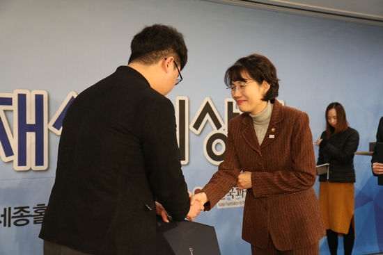 한 수상자가 교육부 차관으로부터 상장을 수여받고 있다.