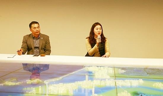 새만금 주제곡 헌정 비하인드 스토리를 설명 중인 투자유치기획과 김민아 주무관.