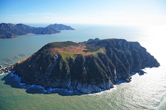 장도에는 섬에서 드물게 산 정상에 일 년 내내 맑은 물이 흐르는 산지습지가 있다. 큰 섬 흑산도에 가뭄으로 식수가 부족할 때도 1급수를 부족함 없이 먹을 수 있었다.