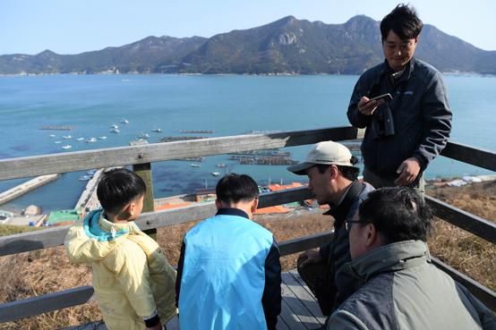 섬에 있는 학교는 단순한 교육기관이 아니다. 터를 닦고 벽돌을 올리는 일을 물론 심지어 학교 땅도 섬 주민들이 마련한 곳도 있다. 섬의 역사이다. 아무리 양식어장이 좋아도 학교가 없는 섬에 젊은 사람들을 유치할 수 없다.
