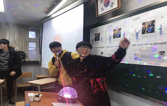 호윤태 학생과 임채정 학생이 작사 작곡한 ANNA'S HOUSE 노래를 부르고 있다.
