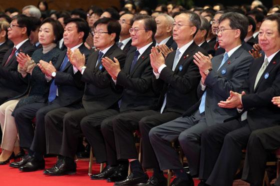 문재인 대통령(오른쪽 네번째)이 5일 오전 서울 강남구 코엑스에서 열린 제54회 무역의 날 기념식에 참석해 박수를 치고 있다. (사진=저작권자 (c) 연합뉴스. 무단전재-재배포금지)