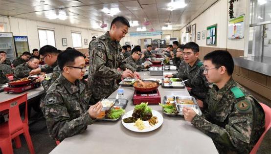 내년부터 질 좋은 급식 제공을 위해 기본급식비가 5% 인상되며 민간조리원도 62명 증원한다. 사진은 지난 3월 육군1군수지원사령부에서 장병들이 1식 9찬 급식개선 제도를 적용한 식사를 하는 모습. (제공=국방일보)