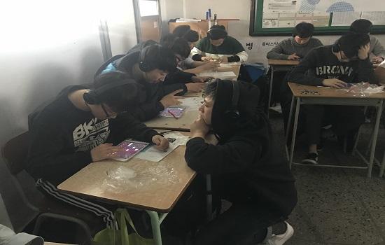 몽구스밴드가 학생들이 만들어낸 EDM을 감상하고 있다.