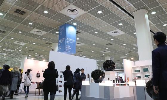 문화체육관광부가 주최하고 한국공예디자인문화진흥원이 주관하는  '2017 공예트렌드페어'는 서울 강남구 삼성동 코엑스에서 10일까지 열린다.