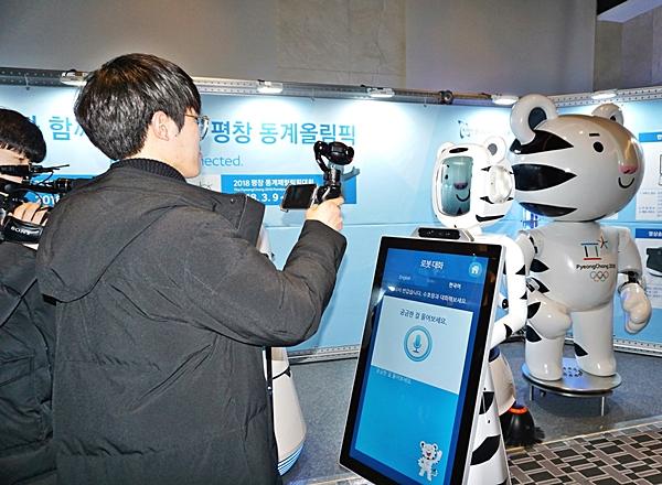 다양한 로봇은 참관인과 취재진에게 관심을 끌었다.