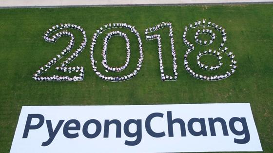 지난 7월 24일 오후 평창 알펜시아 리조트에서 열린 'G-200, 2018 평창을 준비하는 사람들' 평창 동계올림픽·패럴림픽 성공 다짐대회를 마치고 드론을 이용한 홍보영상을 촬영하고 있다. (사진 = 청와대)