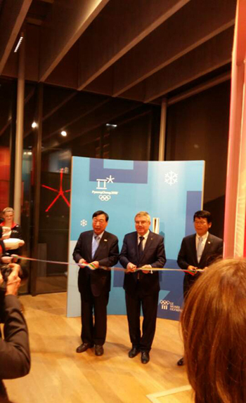 이희범 2018 평창 동계올림픽대회 및 동계패럴림픽대회 조직위원장(왼쪽부터)과 토마스 바흐 IOC 위원장, 이상규 주 스위스대사가 6일 저녁(현지시각) 스위스 로잔에 위치한 IOC 박물관에서 평창대회와 한국을 알리기 위한 '한국 문화·예술·스포츠 유산 전시' 오픈 테이프 커팅을 하고 있다. (사진 = 2018평창동계올림픽조직위)