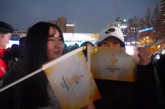 행사장을 방문한 이담(17), 박현주(17) 학생