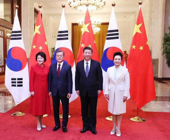 문재인 대통령 내외와 시진핑 중국 국가주석 내외가 14일 오후 베이징 인민대회당 북대청에서 열린 공식환영식에서 기념촬영 하고 있다. (사진=청와대)