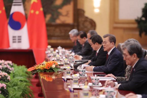 문재인 대통령이 시진핑 중국 국가주석과 14일 오후(현지시각) 중국 베이징 인민대회당에서 한-중 확대정상회담을 하고 있다.
