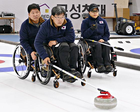 2018 평창 동계올림픽대회 및 동계패럴림픽대회의 컬링과 휠체어컬링 경기가 펼쳐질 강릉컬링센터에서 서순석 휠체어컬링 국가대표팀 주장이 스톤 투구를 준비하고 있다. (사진 = 2018 평창 동계올림픽대회조직위원회)