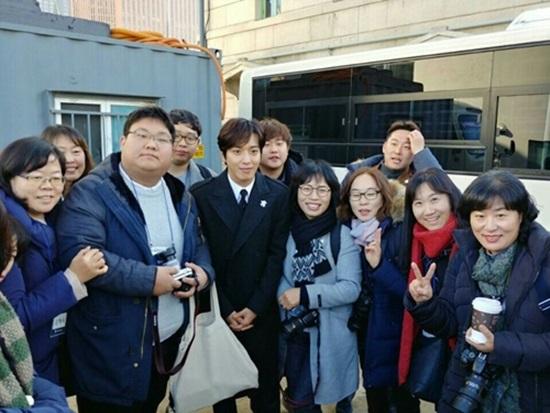 평창동계올림픽 홍보대사 정용화와 기념촬영을 하는 정책기자단.