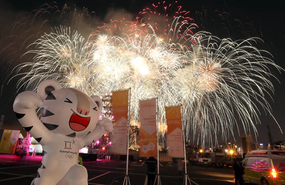 지난 11월 4일 오후 2018 평창동계올림픽 성화 봉송 환영행사가 열린 부산 북항재개발 부지 상공으로 화려한 불꽃이 수놓고 있다. (사진=저작권자(c) 연합뉴스, 무단 전재-재배포 금지)