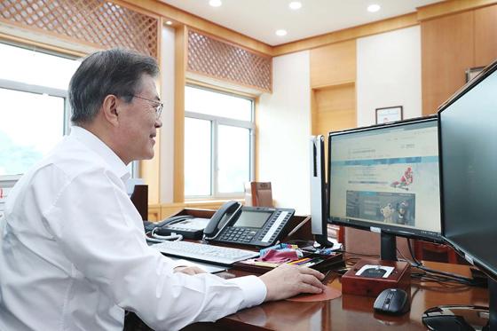 2018 평창동계올림픽 입장권 2차 온라인 판매가 시작된 9월 5일 오후 문재인 대통령이 청와대 여민관 집무실에서 입장권을 구매하고 있다. (사진 = 청와대)