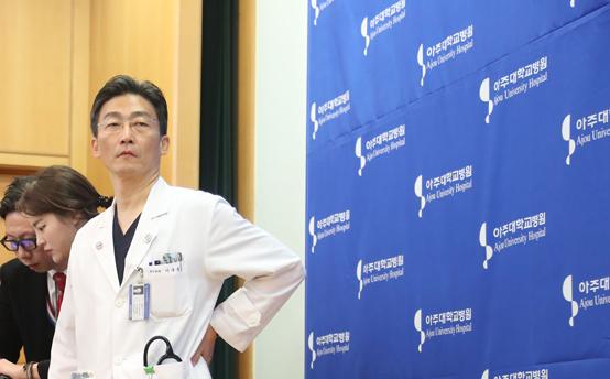 지난 달 22일 오후 아주대학교병원에서 이국종 교수가 총상을 입은 채 귀순한 북한군 병사의 회복 상태 등을 설명하고 있다. <저작권자(c) 연합뉴스, 무단 전재-재배포 금지>